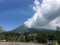Awan putih menutupi Gunung Merapi, bagai lukisan nyata.