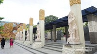 Beberapa patung tokoh pewayangan yang ada di dekat pintu masuk kawasan GWK. Di lokasi ini pada pukul 17.30 ada penampilan Tari Joged Bumbung.Plaza