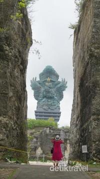 patung GWK yang gagah terlihat dari sela-sela tebing di Lotus Pond.