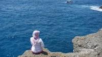 Seperti pulau-pulau lain di Indonesia, Nusa Penida juga menawarkan banyak keindahan pantai dengan tebing-tebing yang memesona