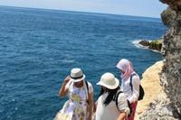 Cuaca yang panas memang sangat terasa, jadi sebaiknya pengunjung menggunakan topi dan kacamata hitam