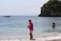 Crystal Bay adalah salah satu pantai yang ada di bagian barat Nusa Penida. Di sini biasanya pengunjung beristirahat setelah berkeliling sambil menunggu jadwal kapal kembali ke Pulau Bali