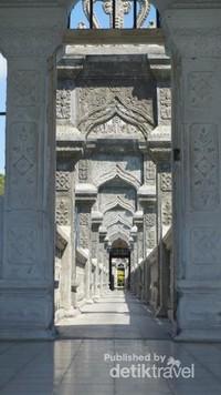 Jembatan cantik yang membawa pengunjung memasuki Balai Gili , tempat anggota kerajaan beristirahat.