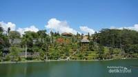 Kolam yang luas menjadi penyejuk taman disamping pepohonan yang hijau , ada bagian tinggi di taman ini dengan pemandangan memukau.
