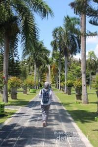 Berjalan di antara hijaunya pepohonan.