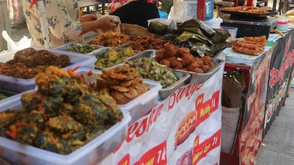 Terdapat aneka masakan khas Sunda lezat di pasar ini
