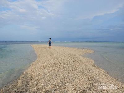 Kisah Miris Dibalik Menawannya Gundukan Pasir di Pulau Moyo