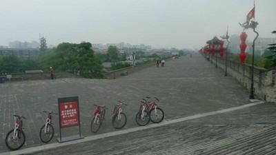 Bersepeda di Tembok Pertahanan Militer Terbesar Dunia