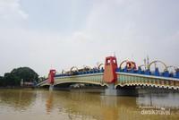 Jembatan Berendeng dilihat dari tepi Sungai Cisadane
