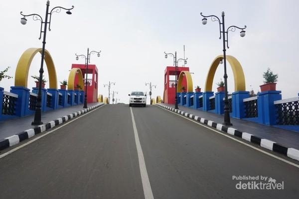 Jembatan ini unik karena berwarna-warni dan juga ada tempat berfoto