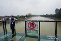 Tempat berfoto dengan latar belakang Sungai Cisadane