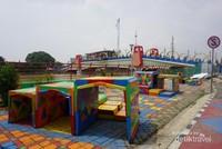 Ada taman bermain di dekat jembatan