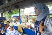 Pemandu wisata di dalam bus
