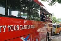 Bus berwarna merah