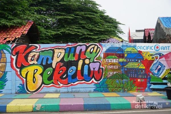 Tembok Kampung Bekelir dengan mural yang dikerjakan oleh seniman mural maupun warga desa