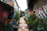 Jalan di Gang Kampung Bekelir juga ikut dicat warna-warni
