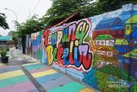 Mural menghiasi sepanjang tembok di Kampung Bekelir