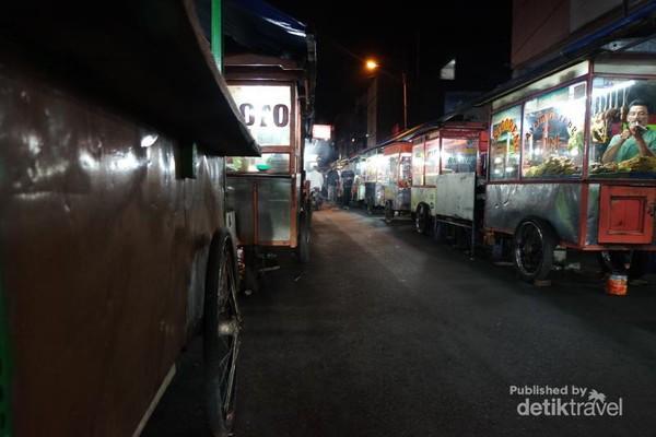 Banyak gerobak-gerobak yg menjajakan berbagai makanan yg siap memanjakan sahabat traveler