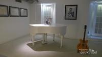 Ruangan dengan piano dan gitar John Lennon, dan teks lagu