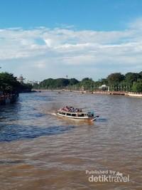 Perahu terlihat dari jembatan