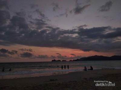 Santai Sore di Pantai Pulau Merah