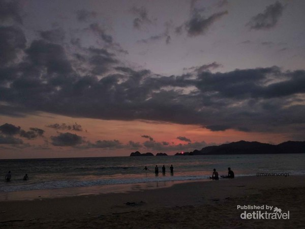 Menikmati senja di Pantai Pulau Merah