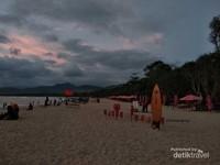 Duduk santai menikmati panorama sore hari di Pantai Pulau Merah