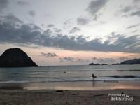 Terlihat beberapa wisatawan asing masih melanjutkan aktivitas surfingnya