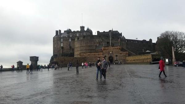 Kastil Edinburgh berdiri di atas bekas gunung berapi yang dinamakan Castle Rock