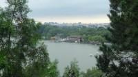 Pemandangan danau, pepohonan nan hijau menyegarkan mata pengunjung taman