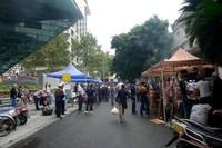 Jalan di dekat mesjid Huangcheng tempat berjualan makanan halal