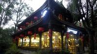 Sembari berbelanja, kita bisa menikmati suasana tradisional China dari bangunannya