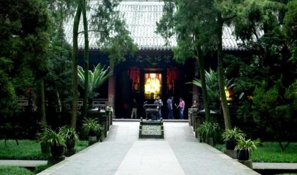 Merupakan kuil yang didedikasikan untuk Zhuge Liang, figur negarawan dan ahli strategi terkenal di Tiongkok