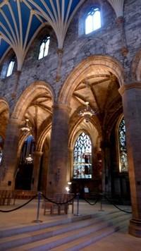 Tidak hanya sebagai gereja, St Giles menjadi tempat wisatawan mengagumi sejarah bangunan ini