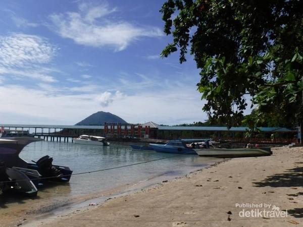 Pulau Bunaken, tampak Gunung Manado Tua dari sini