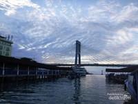 Jembatan Ir Soekarno melintas di atas Pelabuhan Kalimas Calaca