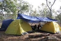 Kami mendirikan tiga tenda dan dinaungi flysheet di atasnya