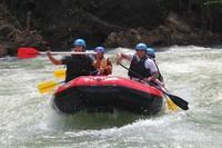 Para peserta rafting tampak ceria