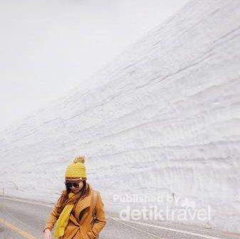 Dinding es tinggi besar bukan cuma The Wall dari film Game of Thrones. Di Tateyama Jepang juga ada, tapi cuma setinggi 20 meter.