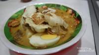Perpaduan kuah kari kental, dengan irisan lontong, daging, telur, kacang dan emping membuat selera makan bertambah