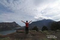 Menikmati kemegahan Gunung Rinjani.