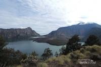 Suasana Kawah Gunung Rinjani dan Danau Segara Anak.