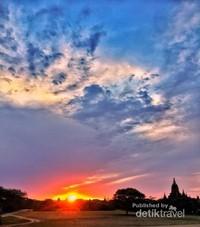 Magnificent Sunset at Bagan, pada waktu Sunset ini lah saya sampai sempat menahan napas saking bagusnya.