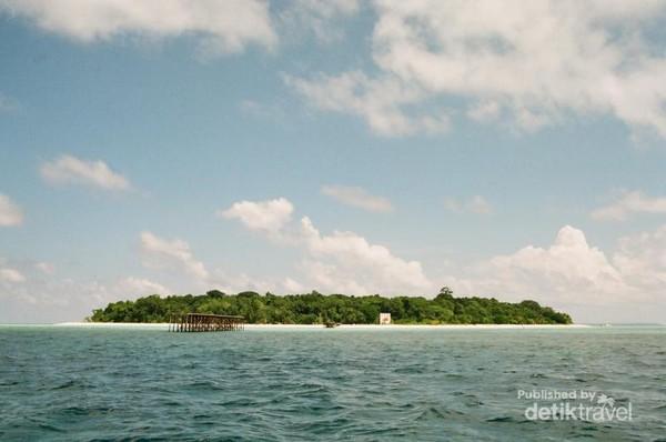 Pulau Sangalaki dari kejauhan.
