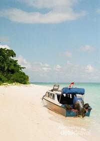 Dikarenakan dermaga yang rusak maka speedboat langsung berlabuh di pinggir pantai.