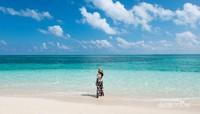 Pantai berpasir putih dan gradasi warna air laut yang memanjakan mata.