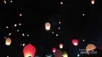 Ratusan Lampion yang diterbangkan peserta