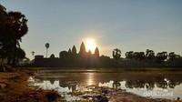 Penampakan kompleks utama Angkor Wat, Siem Reap, Kamboja saat matahari terbit.