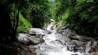 Menyusuri sungai yang dipenuhi dengan bebatuan licin.
