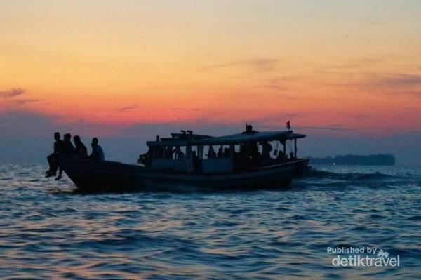 Sunset di tengah lautan, di sekitar kawasan Pulau Harapan, Kepulauan Seribu.